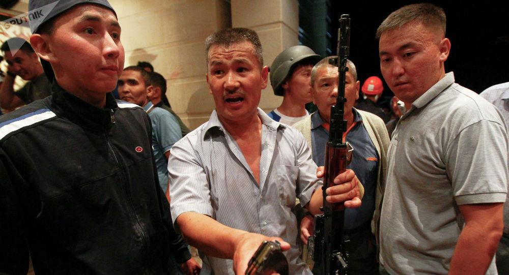 Сторонники бывшего президента Кыргызстана Алмазбека Атамбаева показывают боевые патроны после штурма дома в селе Кой-Таш
