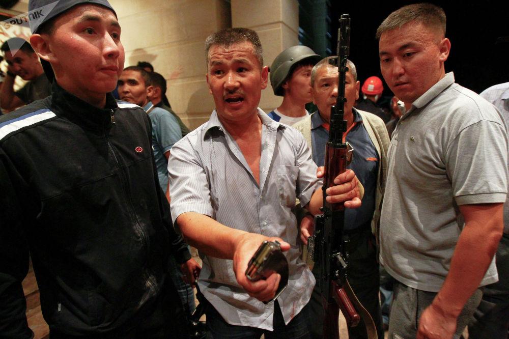 На фотографии сторонники Атамбаева пытаются доказать журналистам, что у силовиков были боевые патроны
