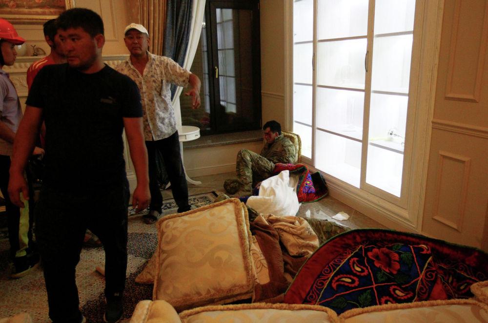 На фотографии сторонники экс-президента Атамбаева и раненый спецназовец