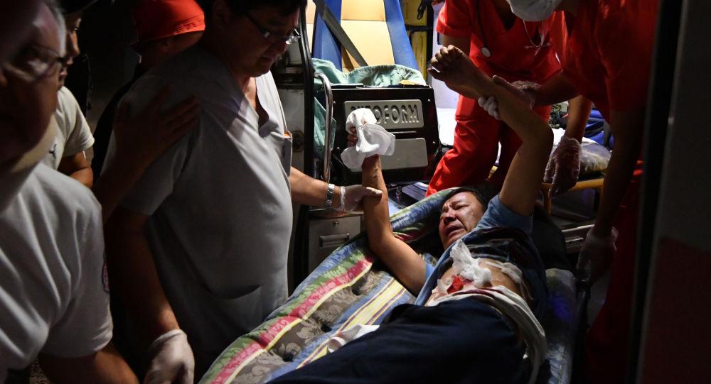 Пострадавший в машине скорой помощи в селе Кой-Таш во время спецоперации сотрудниками спецслужб Кыргызстана по задержанию экс-лидера Алмазбека Атамбаева. Архивное фото