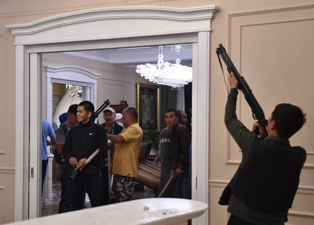 Отобранное у силовиков оружие — ГКНБ утверждает, что спецназовцы применяли только резиновые пули