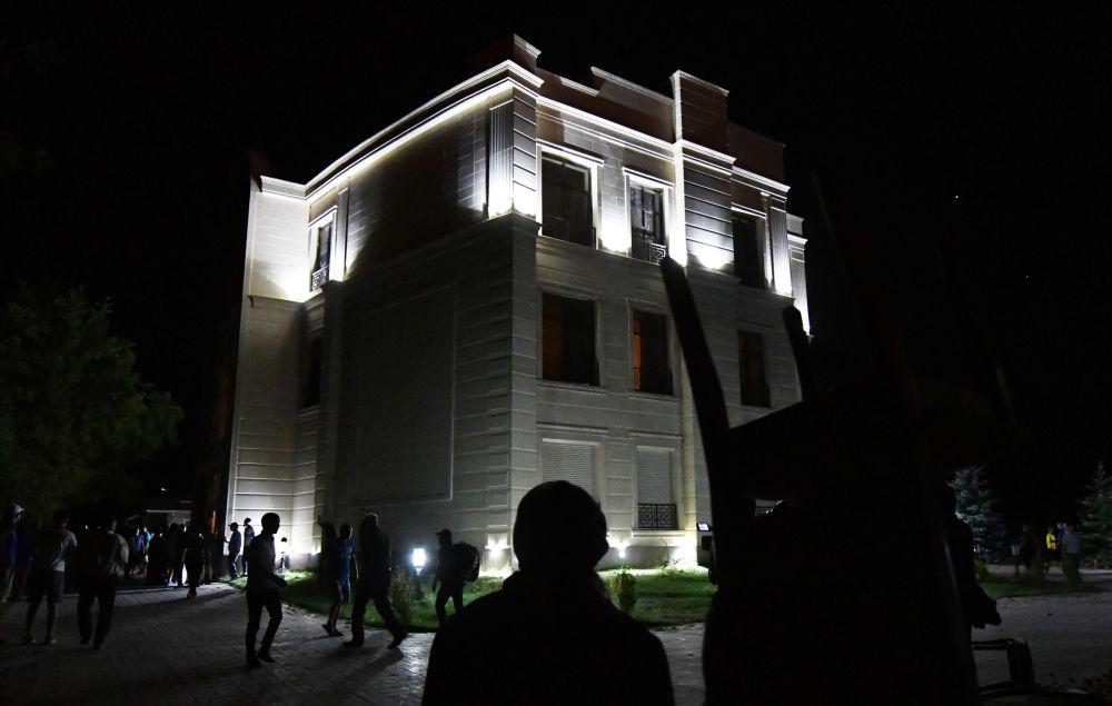 Сторонники бывшего президента Кыргызстана охраняют его дом. Сообщалось, что в одной из комнат на верхних этажах дома в тот момент находился сам Алмазбек Атамбаев.