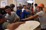 Сторонники бывшего президента Алмазбека Атамбаева вступают в конфликт с членами кыргызского спецназа во время спецоперации по задержанию Атамбаева в селе Кой-Таш. 7 августа 2019 года.