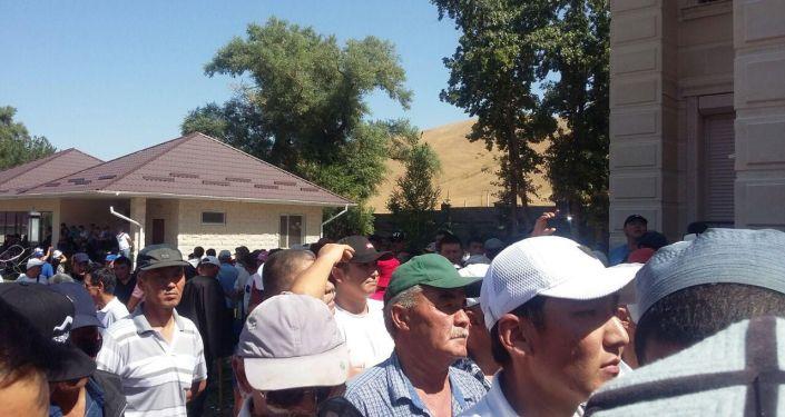 Сторонники бывшего президента Алмазбека Атамбаева у его дома в селе Кой-Таш
