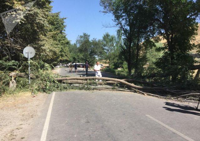 Ситуация вокруг дома Атамбаева в селе Кой-Таш после попытки задержания бывшего президента