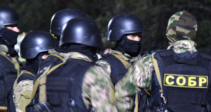 Сотрудники спецназа во время штурма дома Алмазбека Атамбаева в селе Кой-Таш