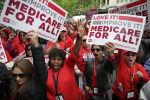 Протестующие, поддерживающие Medicare для всех, проводят акцию возле штаб-квартиры PhRMA 29 апреля 2019 года в Вашингтоне. округ Колумбия, 9 АПРЕЛЯ