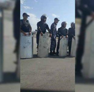 Милиция находится рядом с мечетью.
