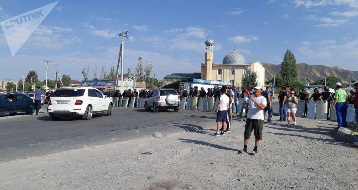 Сотрудники МВД поставили кордон по пути к дому Алмазбека Атамбаева в селе Кой-Таш.