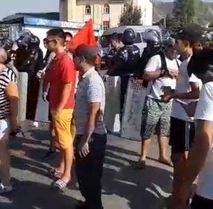 На улице 7 Апреля дорогу, ведущую в село Кой-Таш, перекрыли милиционеры.