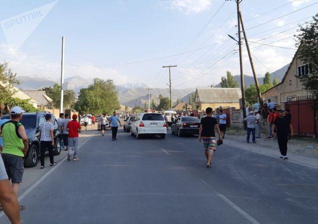 Сторонники бывшего президента КР Алмазбека Атамбаева у милицейского кордона в селе Кок-Жар