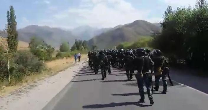 Корреспондент Sputnik Кыргызстан и очевидец сняли на видео происходящее в селе Кой-Таш.