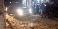 Примерно в 19:30 источник в правоохранительных органах сообщил Sputnik, что Атамбаев задержан.
