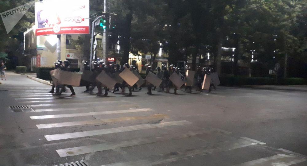 Бишкектеги милиция кызматкерлери. Архивдик сүрөт