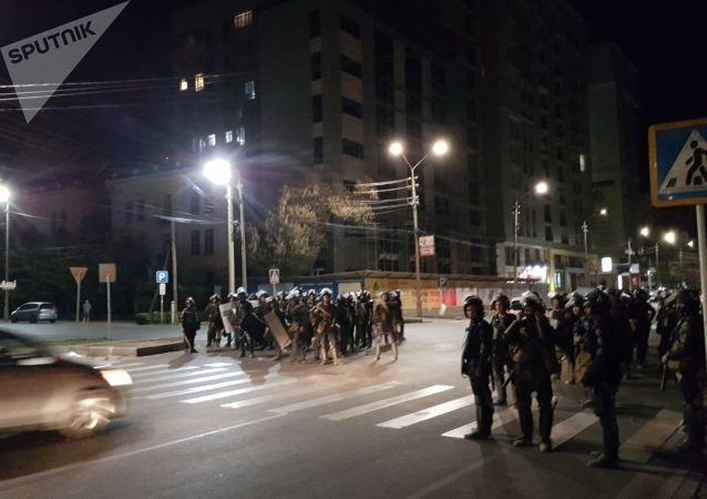 Разгон митингующих сторонников Алмазбека Атамбаева на площади Ала-Тоо в Бишкеке