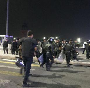 Сотрудники милиции на площади Ала-Тоо охраняют территорию в Бишкеке