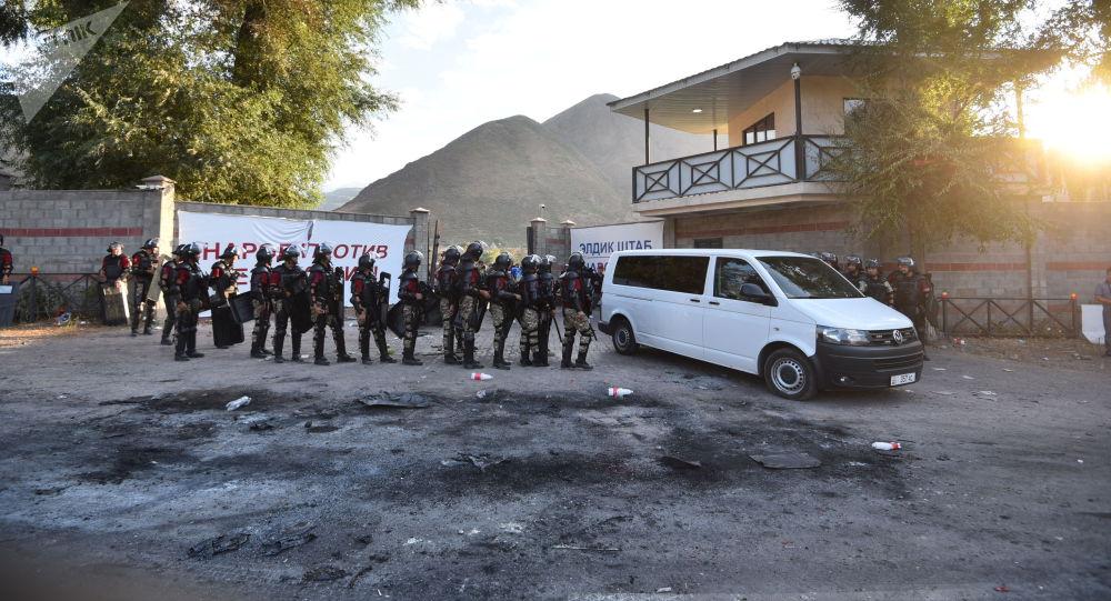 Штурм дома Алмазбека Атамбаева в селе Кой-Таш. Архивное фото