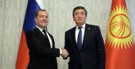 Президент Сооронбай Жээнбеков Чолпон-Ата шаарында Россия өкмөт башчысы Дмитрий Медведев менен жолукту
