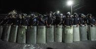 Кордон из сотрудников правоохранительных органов в селе Кой-Таш во время спецоперации по задержанию бывшего президента КР Алмазбека Атамбаева
