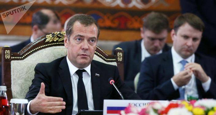 Председатель правительства РФ Дмитрий Медведев выступает на заседании Евразийского межправительственного совета стран Евразийского экономического союза (ЕАЭС) в составе делегаций в культурно-этнографическом комплексе Рух в Чолпон-Ате. 9 августа 2019