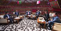 Премьер-министры ЕАЭС на заседании Евразийского межправительственного совета премьер-министров стран Евразийского экономического союза (ЕАЭС) в узком составе в гостевом доме Юрта на территории культурно-этнографического комплекса Рух Ордо в Чолпон-Ате.
