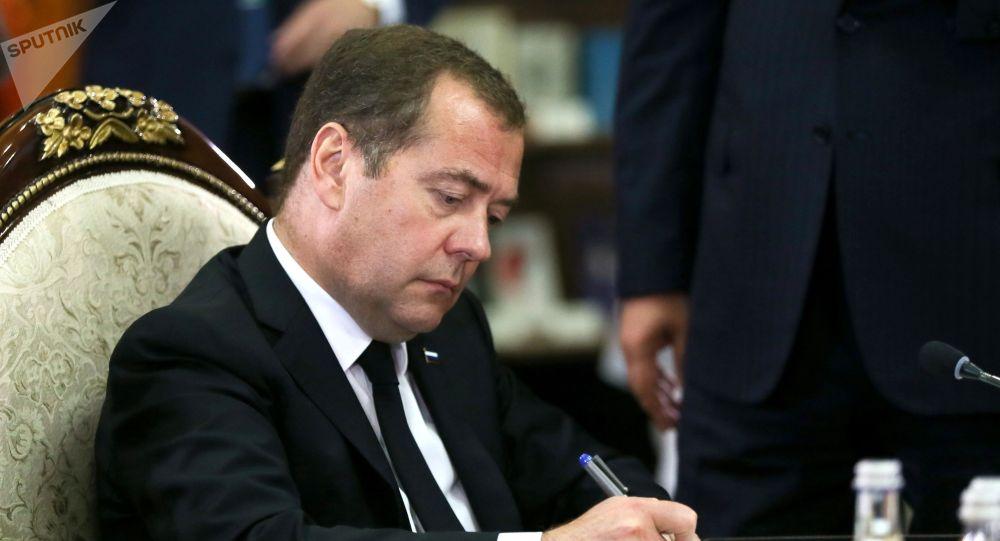 РФ премьер-министри Дмитрий Медведев
