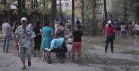 Жители Бишкека снесли забор, установленный застройщиками на пересечении улиц Токтоналиева и Айни. Видео опубликовал в YouTube один из горожан.