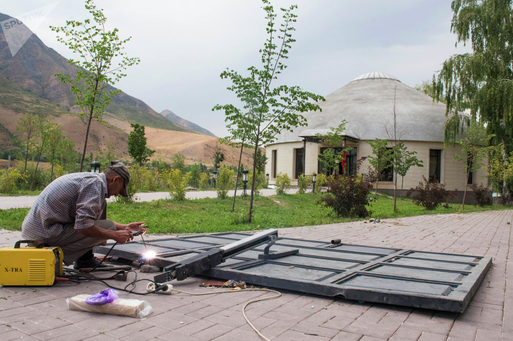 Местные жители начали восстанавливать ворота, которые спецназ снес во время задержания Атамбаева