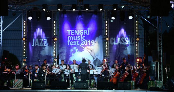 На берегу Иссык-Куля открылся ежегодный международный музыкальный фестиваль классической музыки Tengri Music 2019. На церемонии присутствовали главы правительств стран-участниц ЕАЭС, которые прибыли в Чолпон-Ату для участия в Евразийском межправительственном совете.