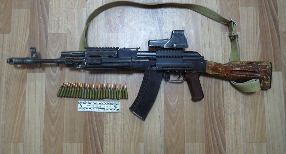 Недалеко от дома Алмазбека Атамбаева в селе Кой-Таш нашли автомат Калашникова с боеприпасами