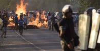 Сотрудник милиции во время столкновений с местными жителями в селе Кой-Таш