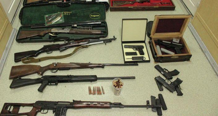 8 августа в доме Алмазбека Атамбаева в селе Кой-Таш изъяли 11 видов огнестрельного оружия и боеприпасы