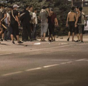 Сторонники экс-президента Киргизии Алмазбека Атамбаева во время столкновений с милицией на площади Ала-Тоо в Бишкеке.