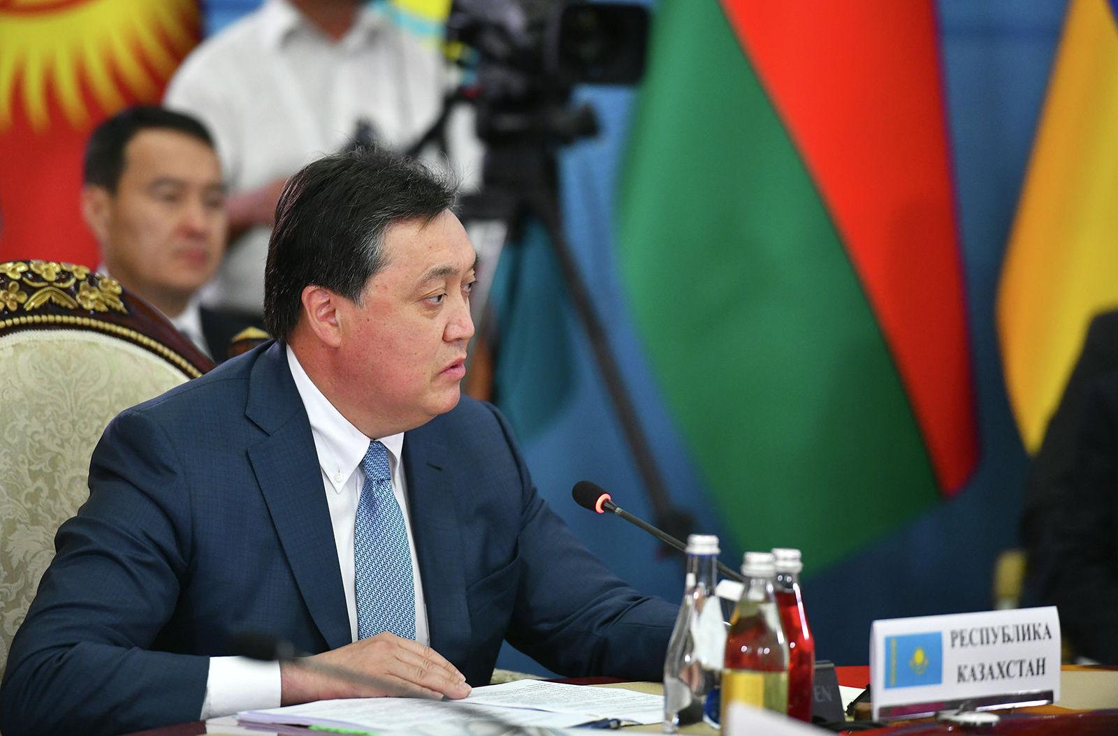 Премьер-министр Казахстана Аскар Мамин на заседании Евразийского межправительственного совета стран Евразийского экономического союза (ЕАЭС) в составе делегаций в культурно-этнографическом комплексе Рух в Чолпон-Ате.