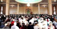 Ош шаарынын эң ири Сулайман-Тоо мечитинде окулган айт намазга 10 миңден ашуун киши катышты.