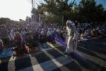 Люди на праздничном айт-намазе в Бишкеке
