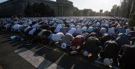 11 августа, кыргызстанцы отметили праздник жертвоприношения — Курман айт. На Айт-намаз на Старой площади в Бишкеке пришли 15 тысяч верующих.
