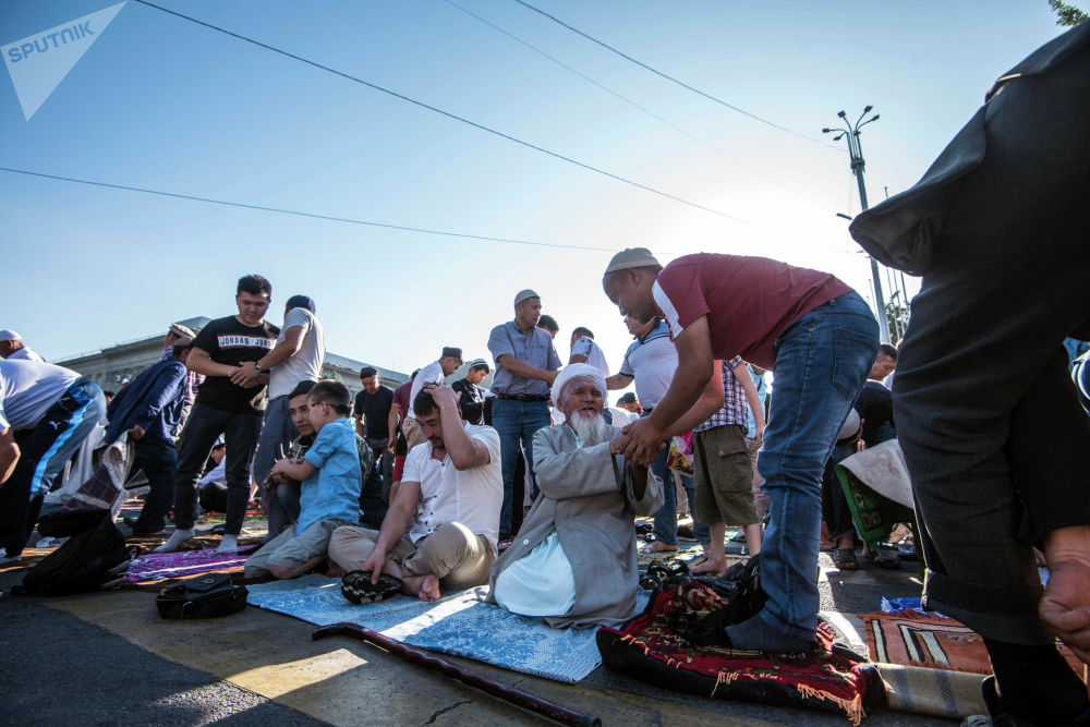 Майрамдык намаз бүткөн соң мусулмандар бири-биринин ал-жайын сурашты.
