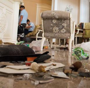 Жители Кой-Таша, оказавшиеся у дома бывшего президента, с ужасом вспоминают, что творилось здесь 24 часа назад