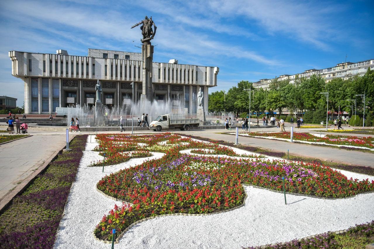 Клумбы украшенные цветами у здания Кыргызской национальной филармонии им. Т. Сатылганова в Бишкеке
