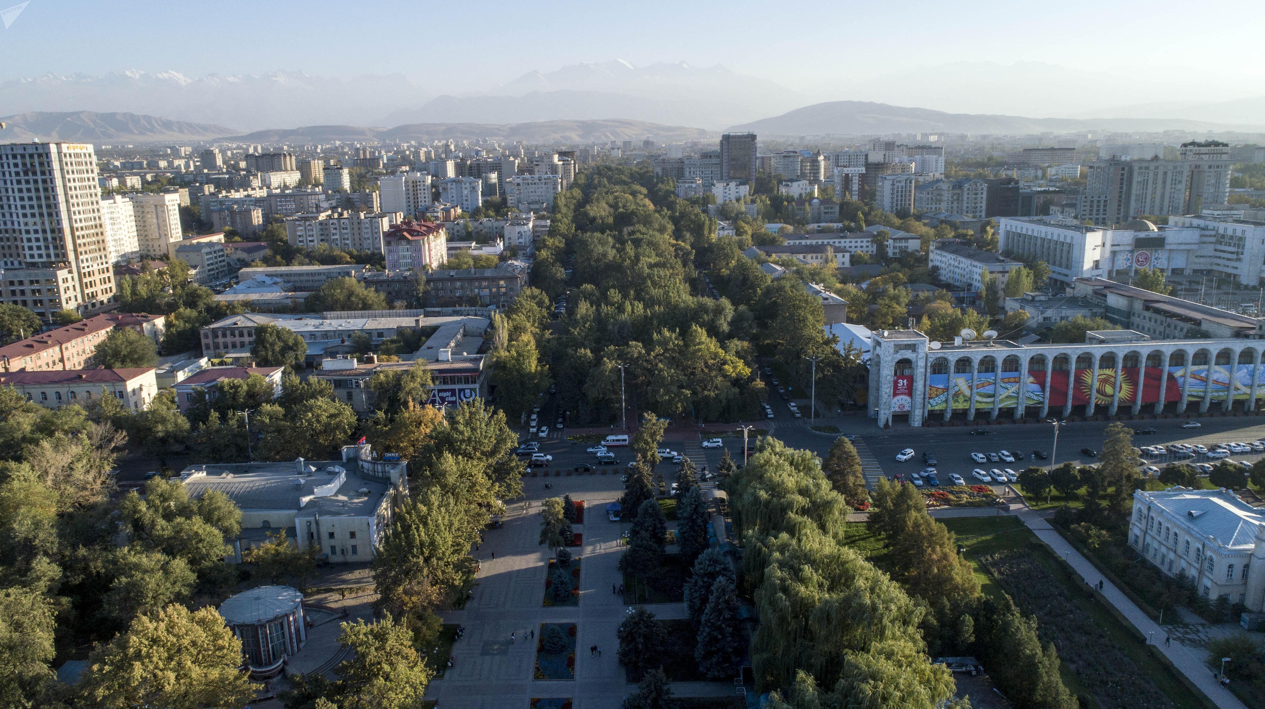 Вид на проспект Эркиндик в Бишкеке с высоты