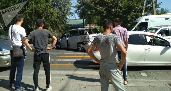 На пересечении улиц Калыка Акиева и Михаила Фрунзе столкнулись Mercedes-Benz G-класс (Гелендваген) и Toyota Wish