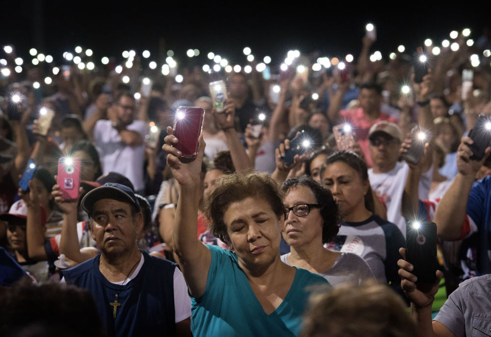 Люди читают молитву, памяти погибших при стрельбе в супермаркете в американском штате Дейтон. Утром 3 августа 21-летний житель Техаса открыл стрельбу в супермаркете Walmart в городе Эль-Пасо неподалеку от границы с Мексикой. В результате происшествия погибли 22 человека, более 20 ранены.