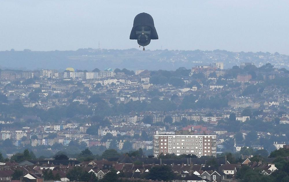 Воздушный шар в форме головы персонажа фильма Звездные войны на фестивале воздушных шаров в Бристоле (Великобритания)