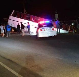 Ысык-Көлдө эс алуучуларды ташыган автобус жол кырсыгына кабылды