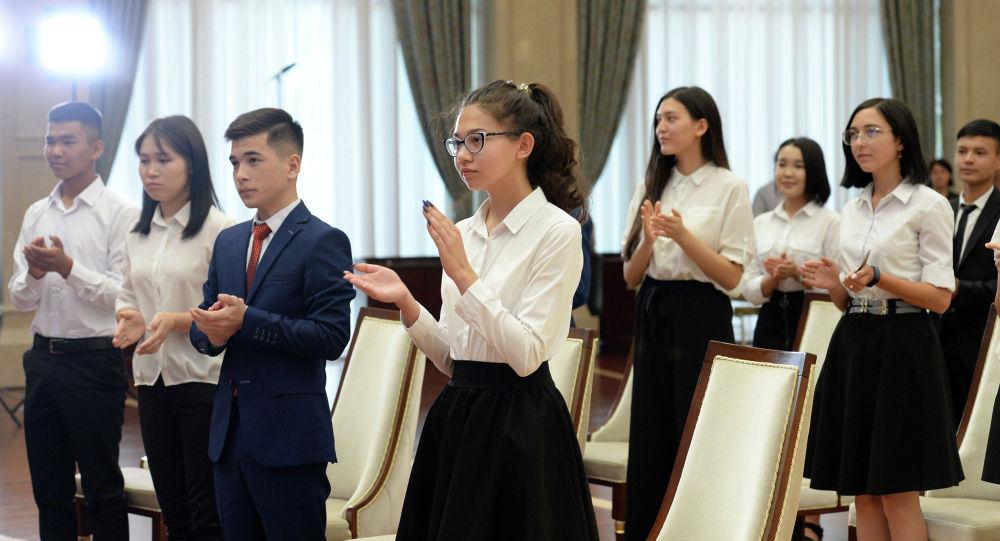 Выпускники на церемонии вручения золотых сертификатов президентом КР