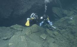Норвегиялык Ина Трэльнис жана финляндиялык Яни Сантала никесин 32 метр тереңдиктеги суу алдынан каттатышты.