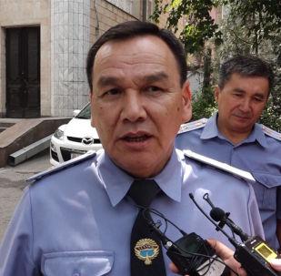 В соцсетях появилось видео, на котором милиционер бьет пожилых женщин во время событий в Кой-Таше. Корреспондент Sputnik Кыргызстан поинтересовался у руководства МВД, какие меры принимаются в отношении этого сотрудника.