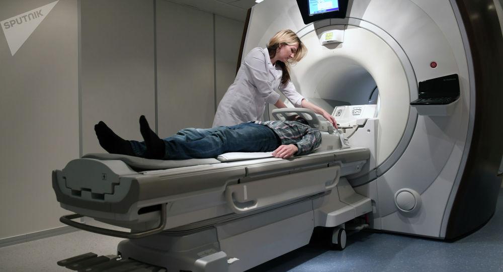 Томография аппаратына түшүү. Архивдик сүрөт