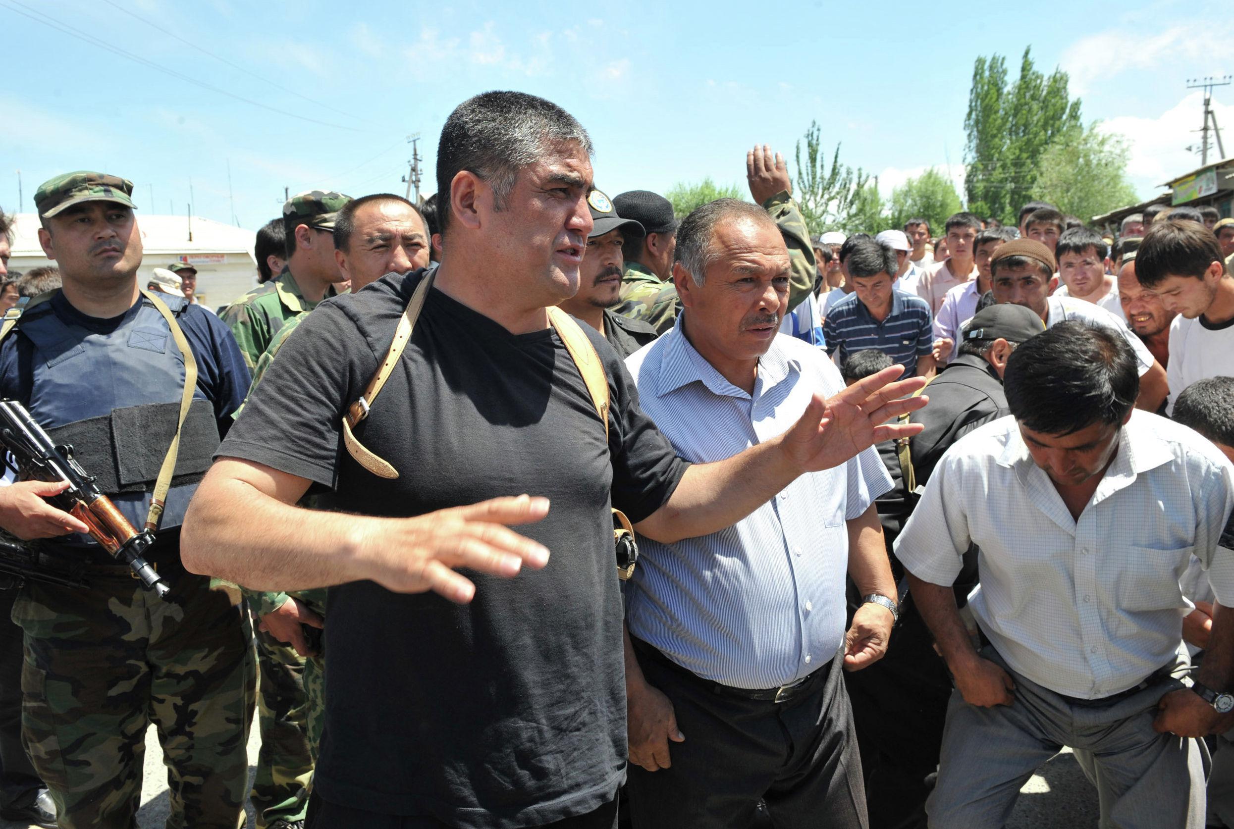 Глава местной полиции, полковник Курсан Асанов, в ходе мирных переговоров попросил этнических узбеков снести баррикады